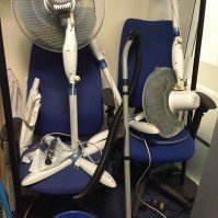 débarras des chaises et de ventilateurs