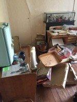 Déchets, cartons, petites armoires par terre