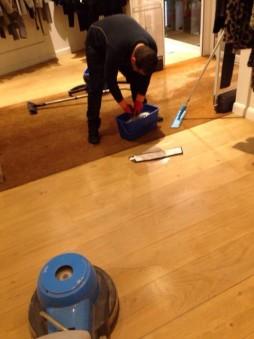 agent entrain de nettoyer le sol