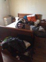 débarras de lit et vêtements