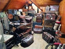 objets, valise dans un grenier