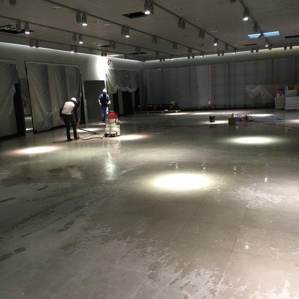 Nettoyage sol d'un entrepôt avec une auto-laveuse